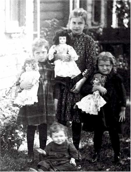 Girls and Dolls.jpg (59621 bytes)